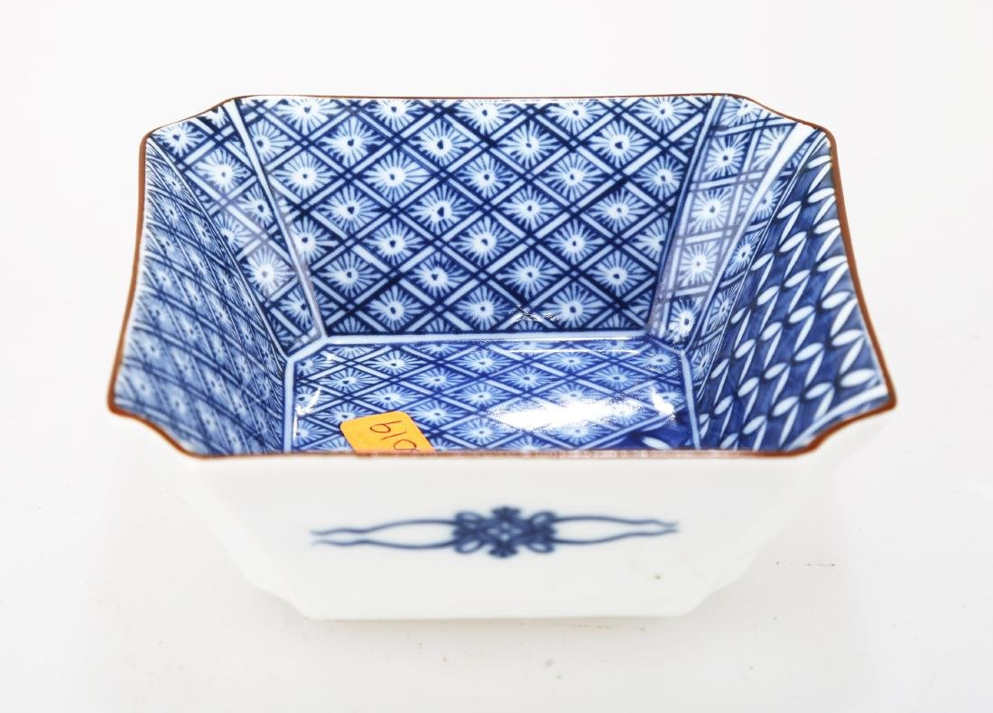A JAPANESE BLUE AND WHITE PORCELAIN SQUARE PLATE.THE