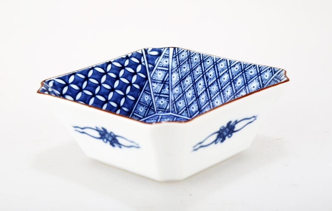 A JAPANESE BLUE AND WHITE PORCELAIN SQUARE PLATE.THE - 2
