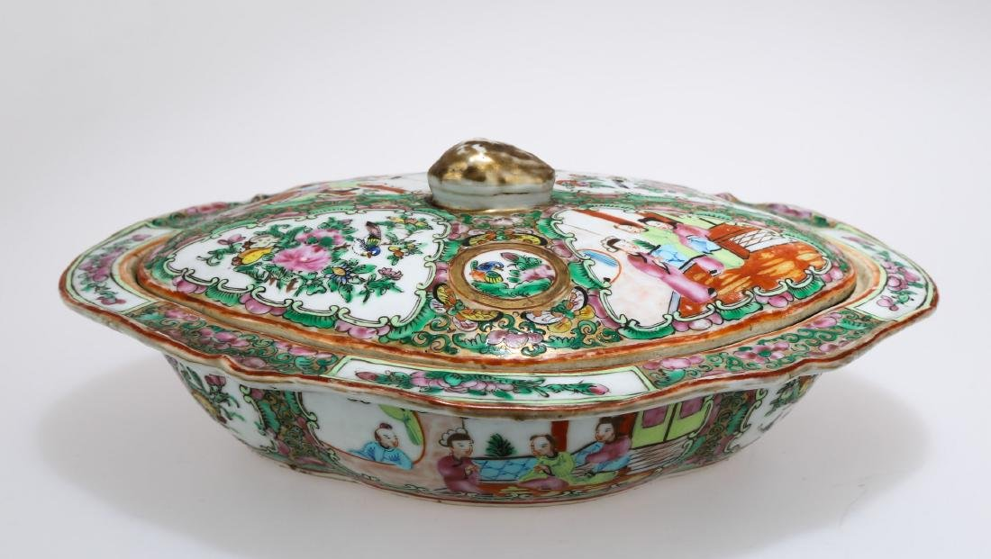 A KWON-GLAZED PORCELAIN BOX AND COVER.C178.