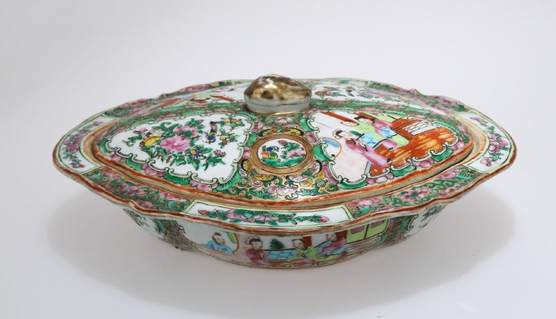 A KWON-GLAZED PORCELAIN BOX AND COVER.C178. - 2