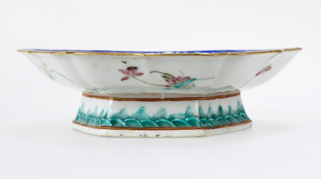 A GILT FAMILLE ROSE PORCELAIN FOOTED DISH.C179. - 3