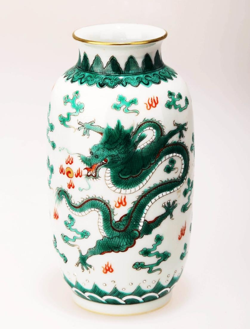 A FAMILLE ROSE DRAGON PATTERN PORCELAIN VASE. THE BASE