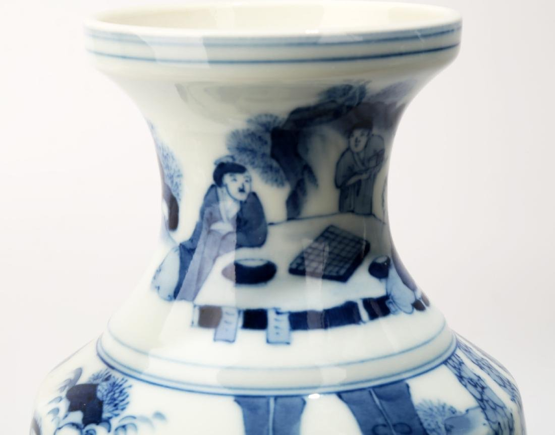 A BLUE AND WHITE DISH BUCCAL VASE.C063. - 10