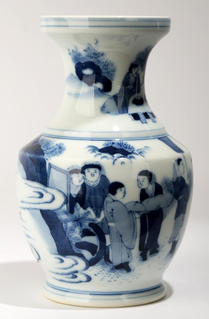 A BLUE AND WHITE DISH BUCCAL VASE.C063. - 2