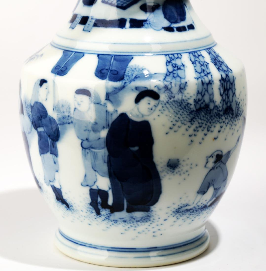 A BLUE AND WHITE DISH BUCCAL VASE.C063. - 4