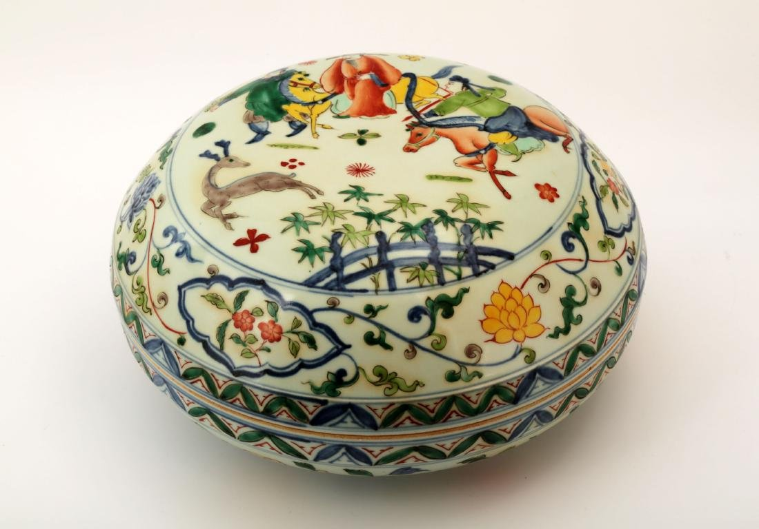 CHINA WUCAI FIGURE PORCELAIN BOX AND COVER. WITH DA