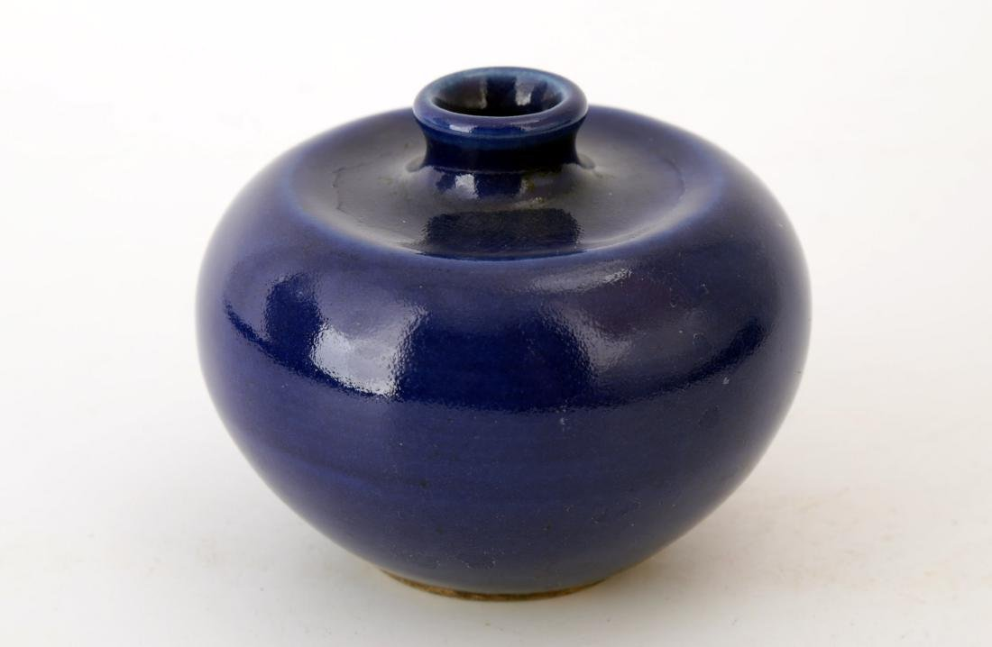 A BLUE-GLAZED PORCELAIN WATER DROPPER.