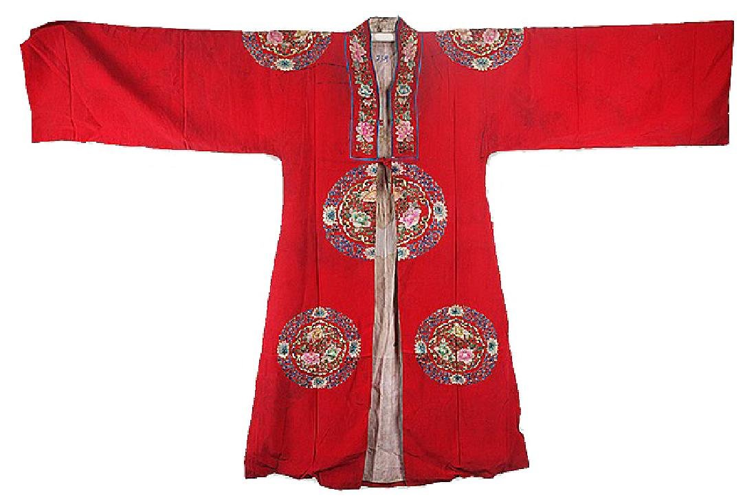 A RED SILK EMBROIDERED ROBE COAT.Z013