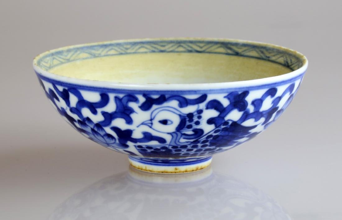 QING DYNASTY BLUE AND WHITE GLAZED PORCELAIN SAUCER.