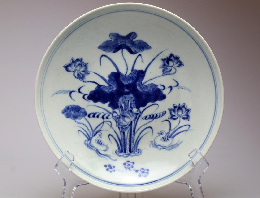 A BLUE AND WHITE GLAZED PORCELAIN DISH.