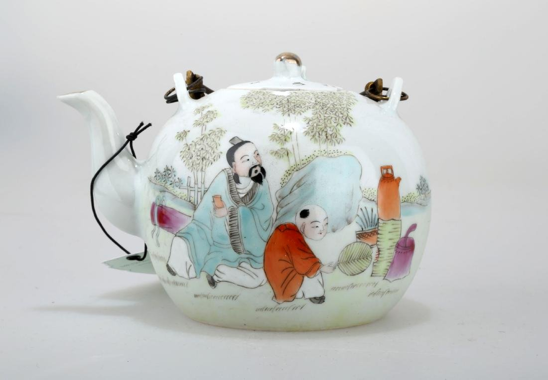 A FAMILLE ROSE PORCELAIN TEAPOT.THE BASE MARKED WITH