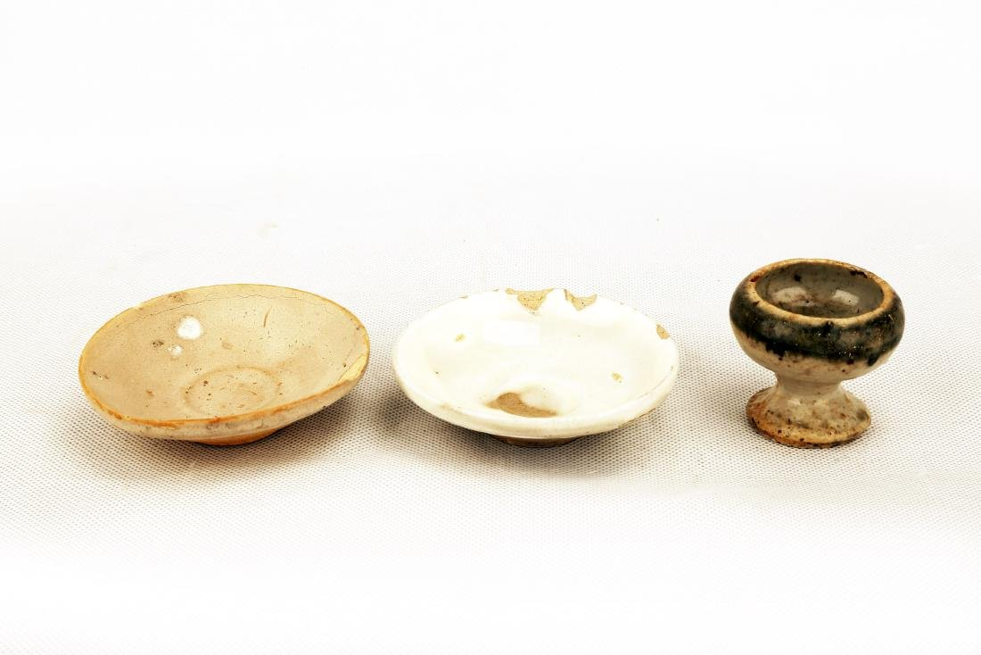 (3)   A SET OF THREE CELADON DISHES AND LAMP.C330.