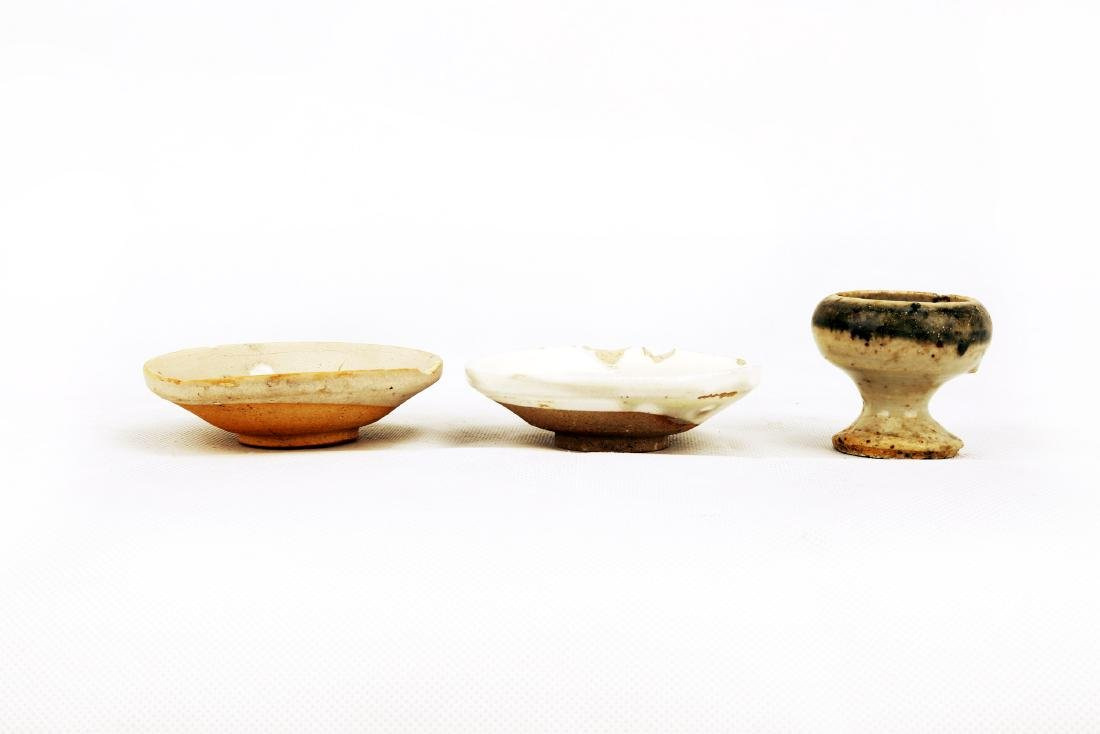 (3)   A SET OF THREE CELADON DISHES AND LAMP.C330. - 2