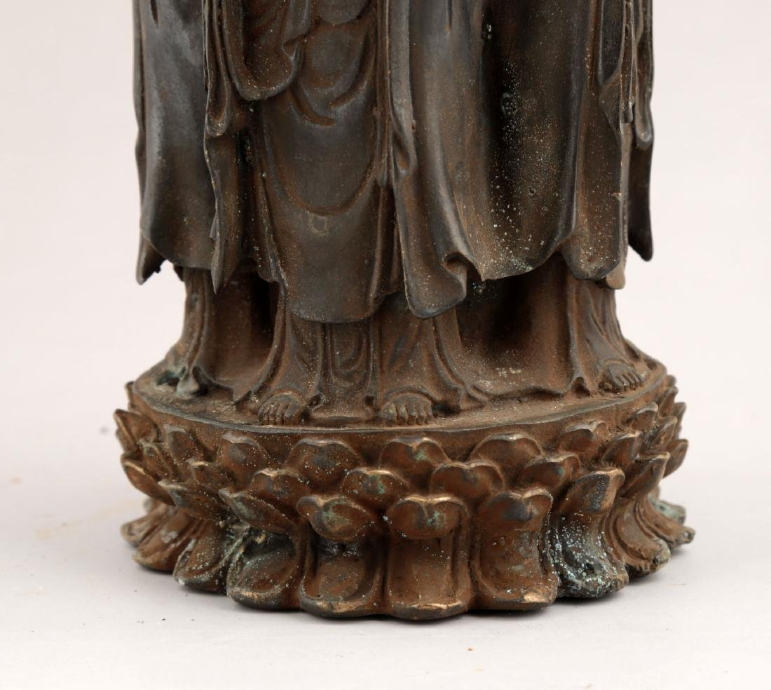 A BRONZE TRIPOD CENSER. THE BASE MARKED WITH DA MING - 4