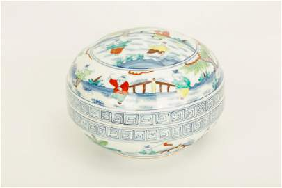 A CHENGHUA-STYLE DOUCAI PORCELAIN BOX WITH THE BASE