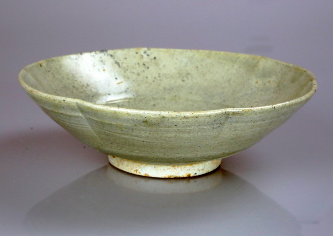 YUE WARE SUNFLOWER SHAPED WHITE BOWL.