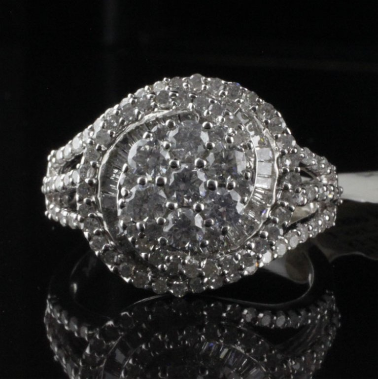 Ladies Diamond & White Gold Fashion Ring