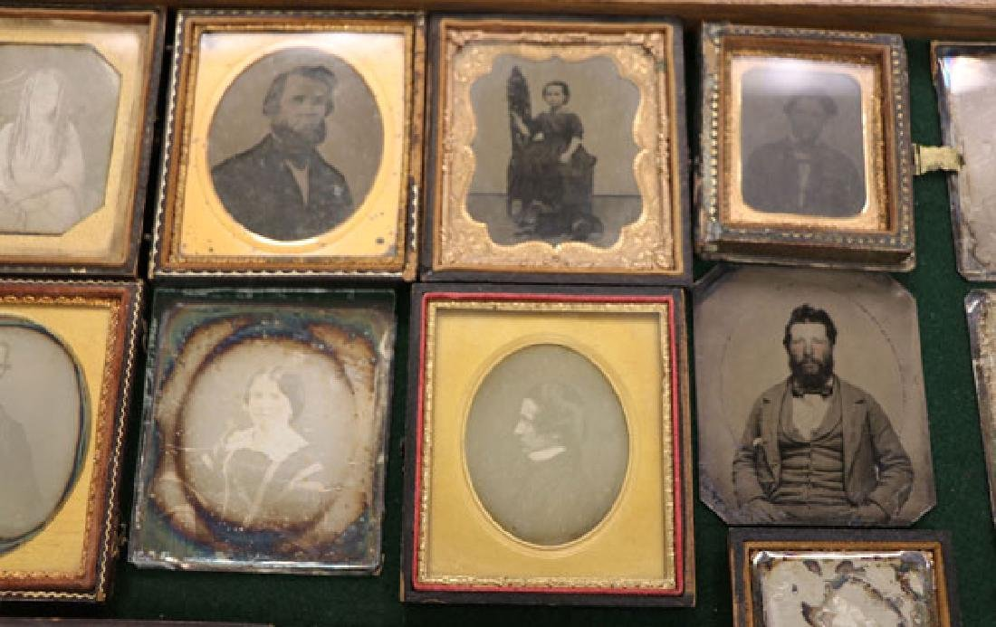 A GROUP OF 34 VINTAGE PHOTOGRAPHIC IMAGES - 4