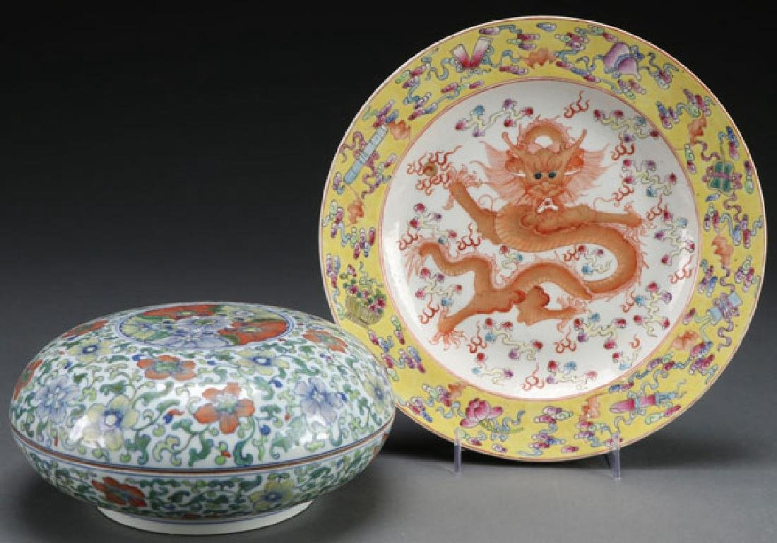 A CHINESE PORCELAIN COVERED BOX AND DRAGON PLATE
