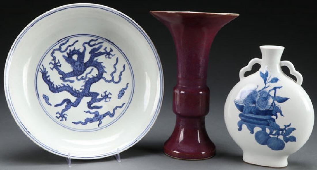 A THREE PIECE GROUP OF CHINESE PORCELAIN