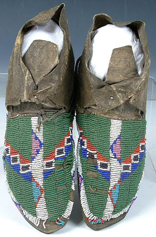 3: A PAIR OF LADIES NORTHERN PLAINS BEADED MOCCASINS