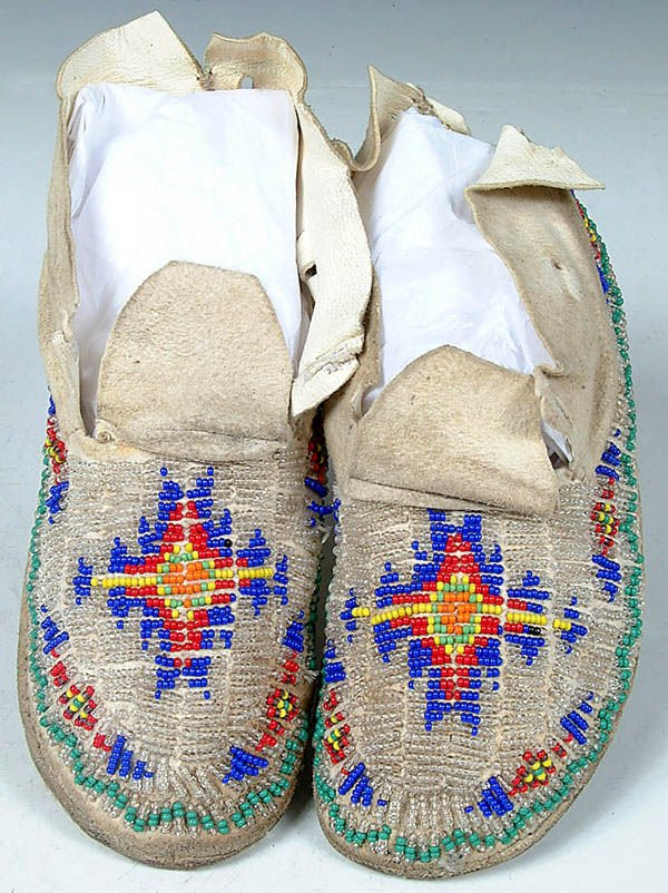 7: A PAIR OF CHILDRENS CHEYENNE BEADED MOCCASINS c.1