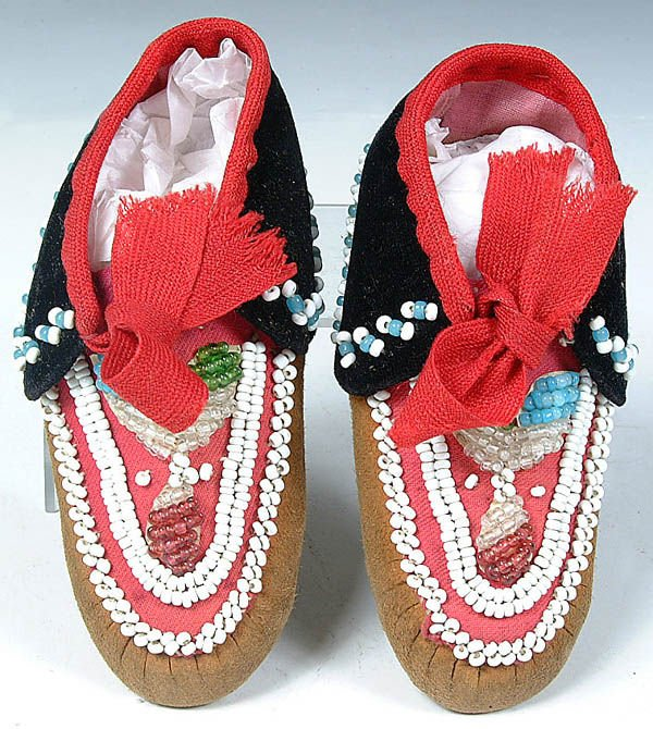 23: A PAIR OF INFANTS IROQUOIS BEADED MOCCASINS, c.19