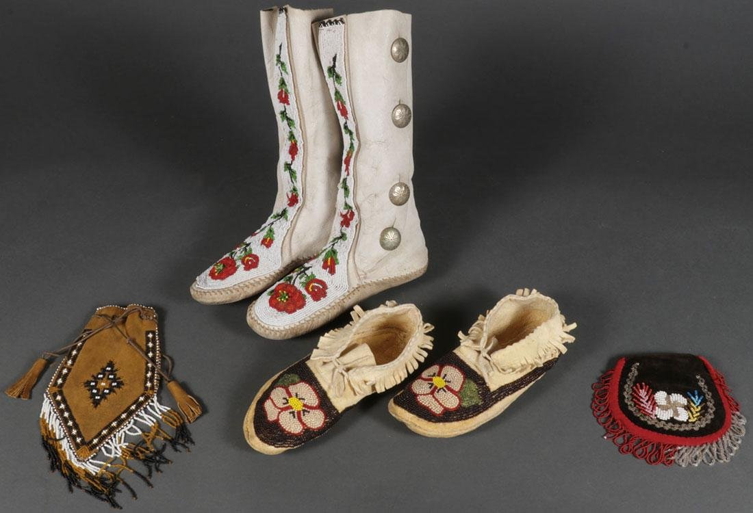A GROUP OF NATIVE AMERICAN BEADED ITEMS, 20TH C.