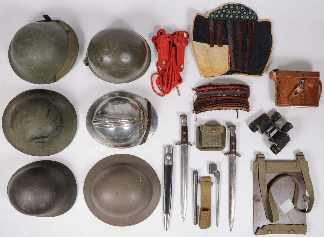 A GROUP OF FIFTEEN MILITARY ITEMS