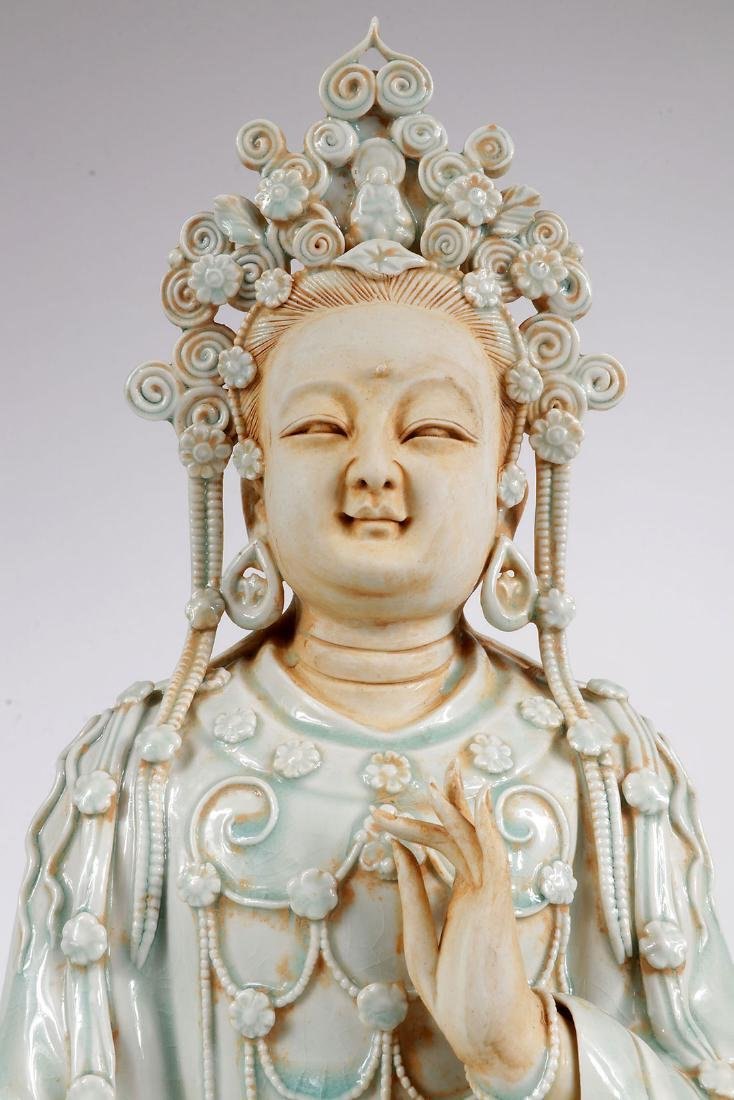 A CHINESE PORCELAIN SEATED BUDDAH - 5