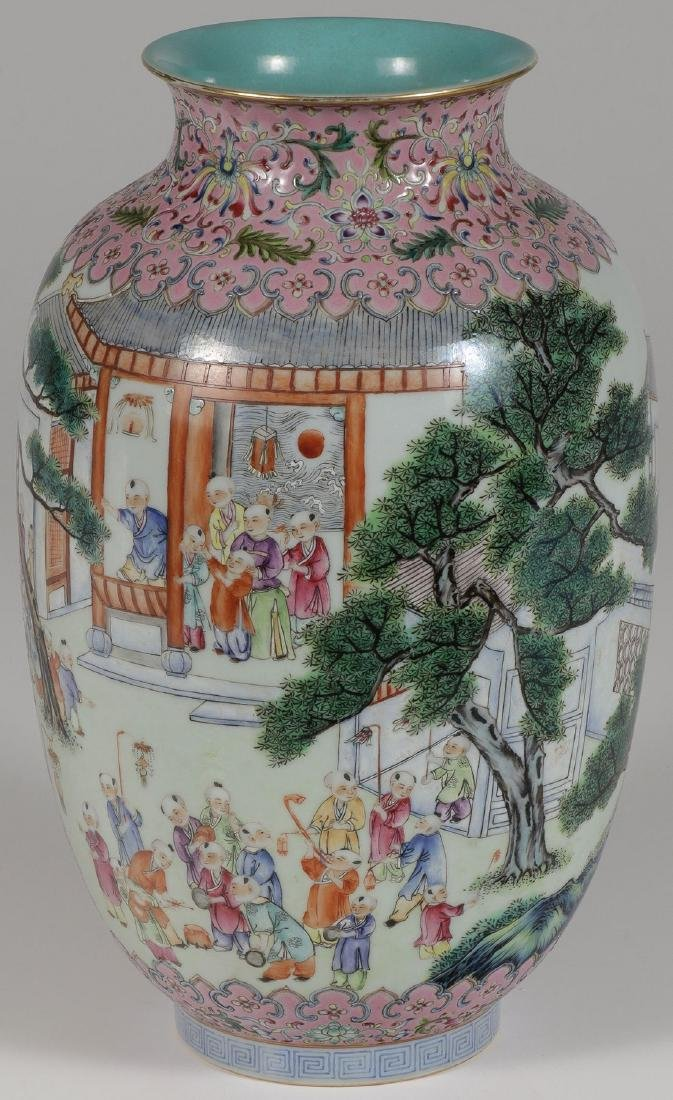 A CHINESE FAMILLE ROSE DECORATED PORCELAIN VASE
