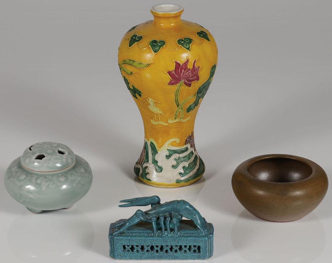 A GROUP OF CHINESE CERAMIC ITEMS