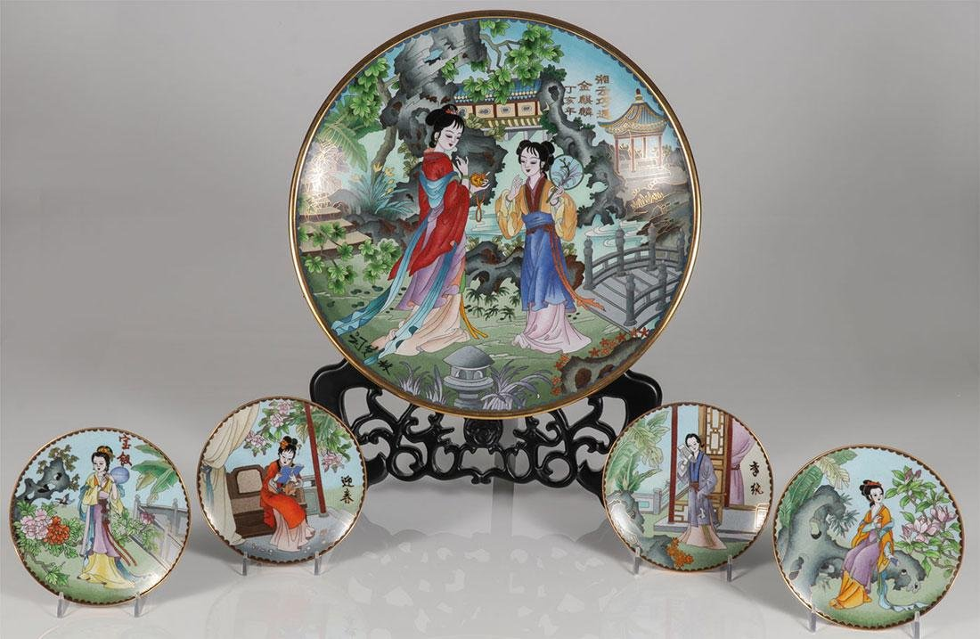 A CHINESE CLOISONNÉ CHARGER AND 4 PLATES