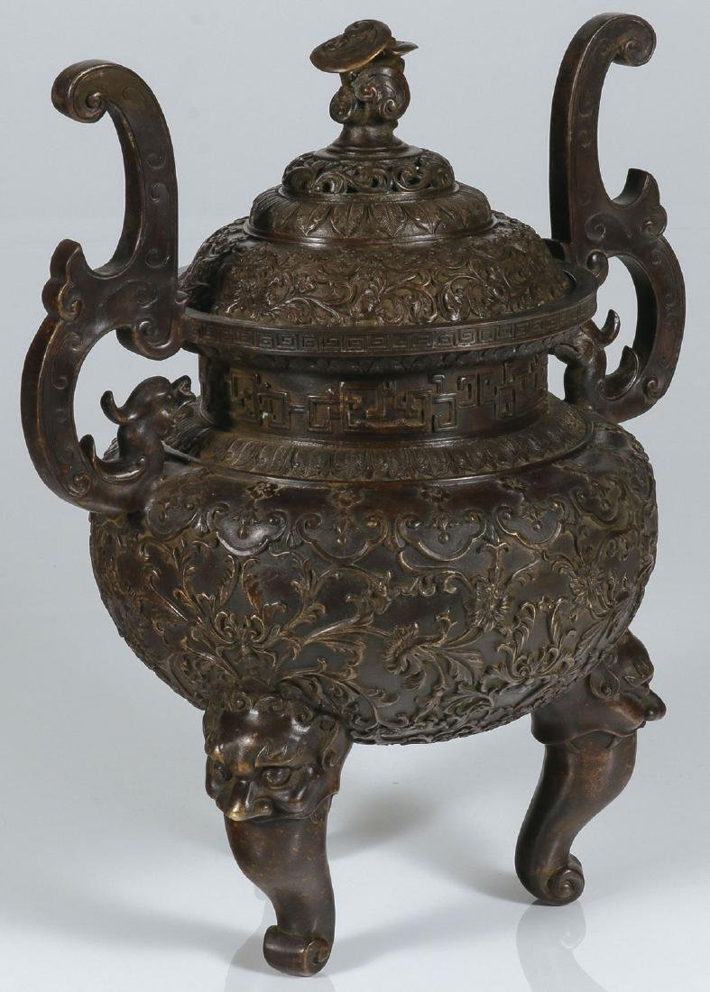 A VERY FINE CHINESE BRONZE LIDDED URN