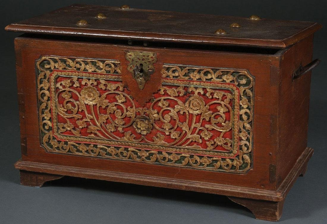 AN ATTRACTIVE 19TH CENTURY TRADE CHEST
