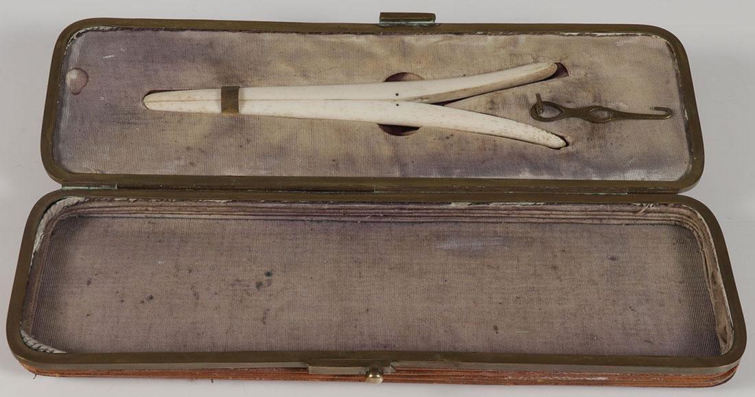 AN INTERESTING CASED GLOVE STRETCHER 19TH CENTURY - 2