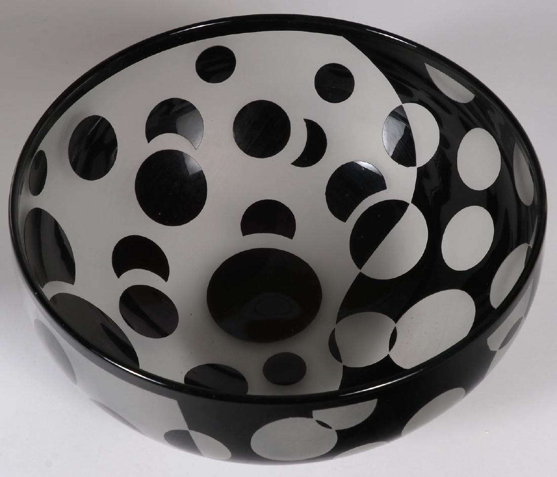 A PAIR OF MODERN ART GLASS BOWLS - 2