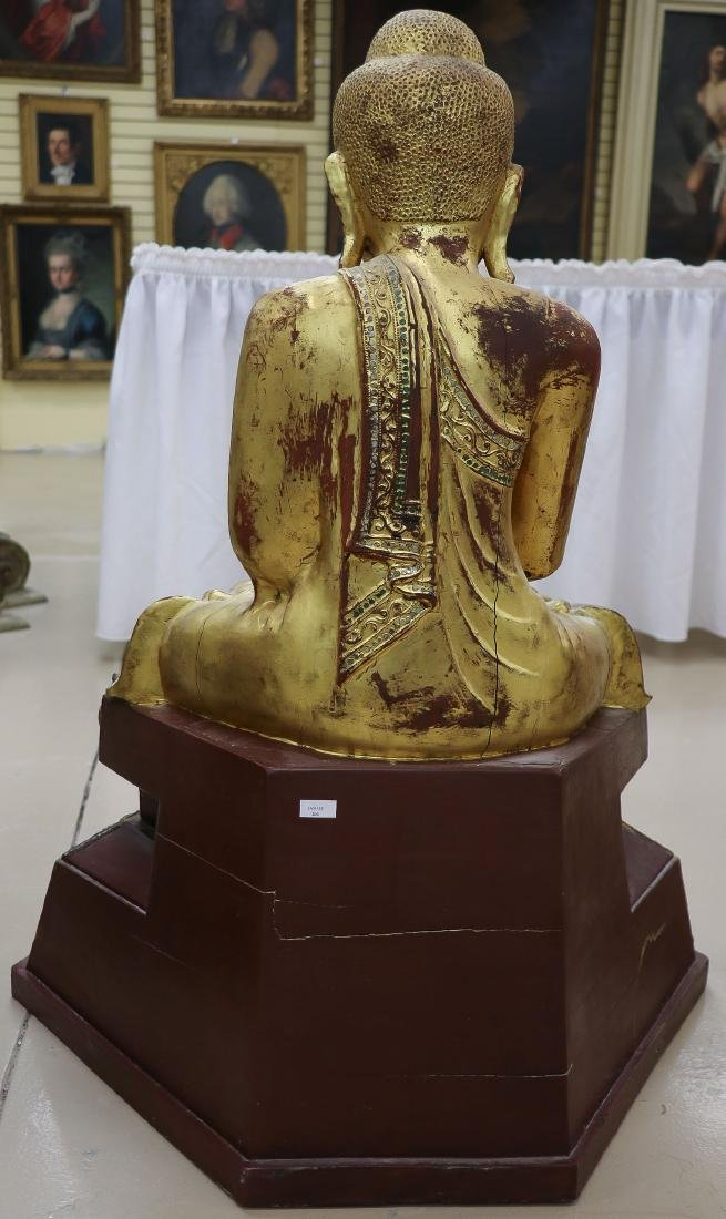 A LARGE AND IMPOSING CARVED GILT WOOD BUDDHA - 2
