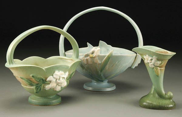 21: A 3-PIECE GROUPING OF ROSEVILLE POTTERY; includin