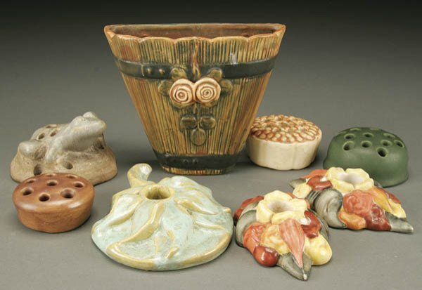 22: AN 8-PIECE GROUPING OF AMERICAN POTTERY; includin
