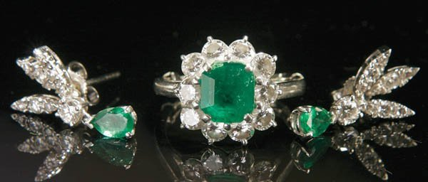 769: A LADIES EMERALD, DIAMOND AND PLATINUM RING AND E