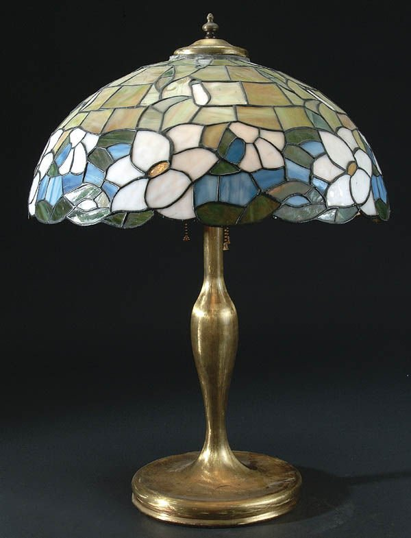 657: A GOOD LEADED GLASS TABLE LAMP early 20th C. with