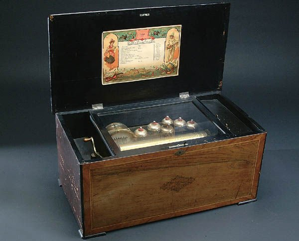 668: A VERY FINE SWISS MUSIC BOX circa 1890 with 13 in