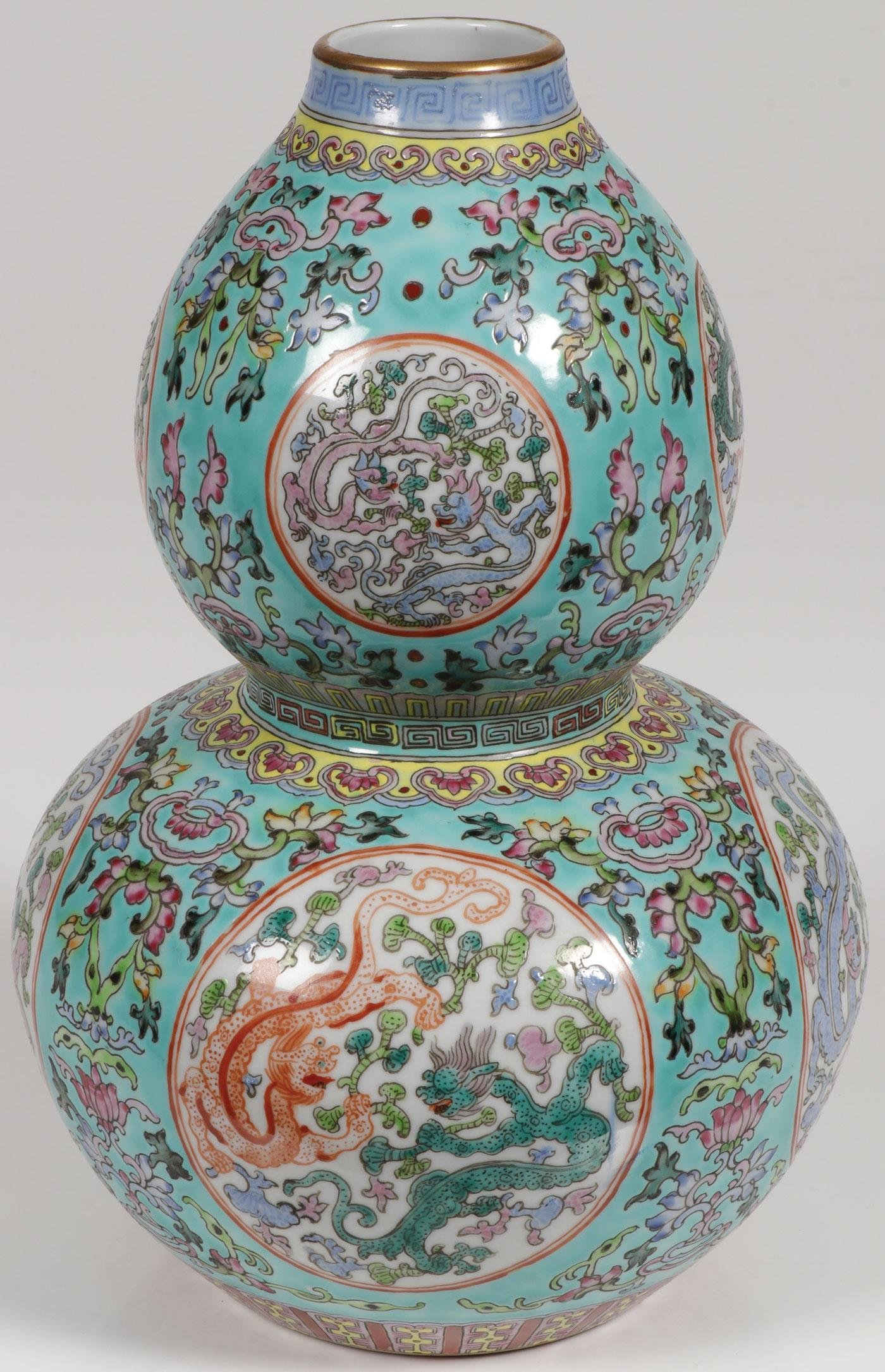 A CHINESE PORCELAIN DOUBLE GOURD VASE