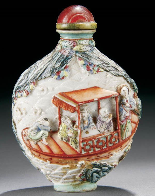 982: A VERY FINE CHINESE MOLDED PORCELAIN SNUFF BOTTLE