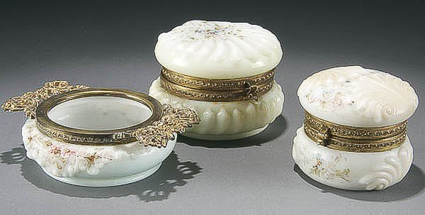 23: 3 PIECE WAVECREST GROUP late 19th century, compri