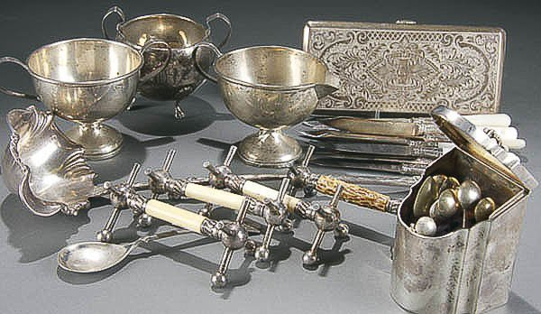 506: A VICTORIAN STERLING & SILVER PLATE GROUP compris