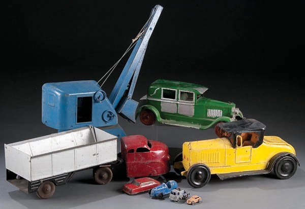 622: A VINTAGE TIN TOY GROUPING early to mid 20th cent