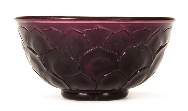 600: A FINE CHINESE CARVED PEKING GLASS BOWL