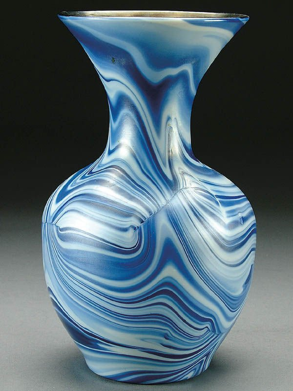 19: A FINE IMPERIAL FREE HAND GLASS VASE, circa 1920,